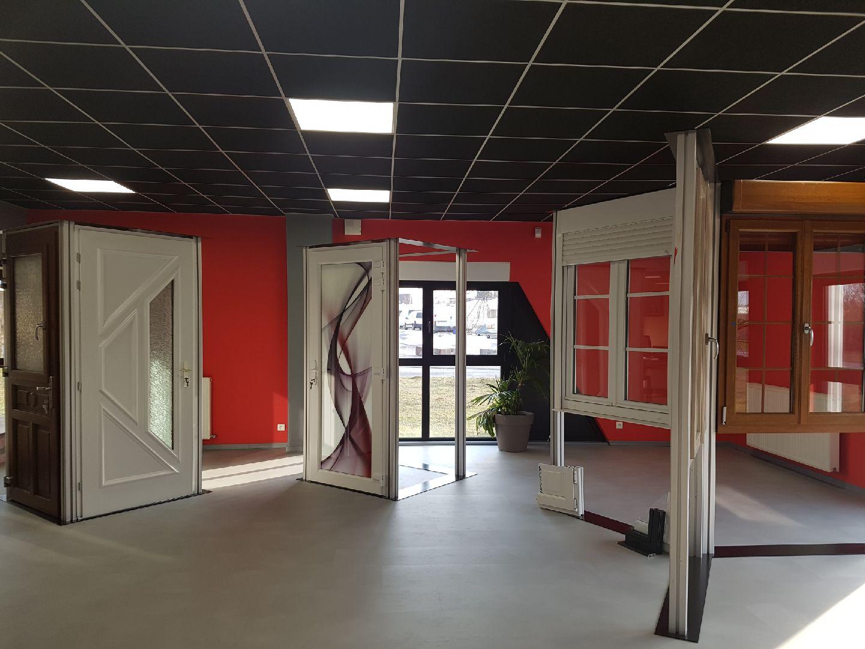 Showroom présent les portes et les fenêtres en PVC, en bois, en aluminium d'un menuisier expert qualifié RGE