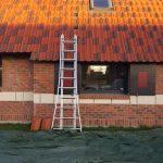 depose de tuiles pour isolation des comble d'une maison en laine soufflée