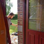 pose d'une porte d'entrée par un menuisier expert à feignies valenciennes