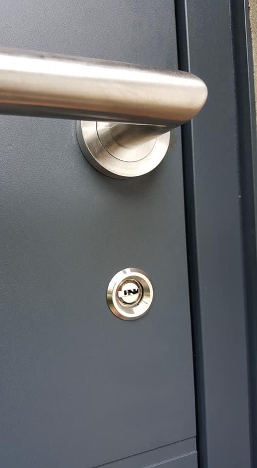 pose d'une porte d'entrée sécurisé en aluminium par un menuisier expert à Feignies valenciennes